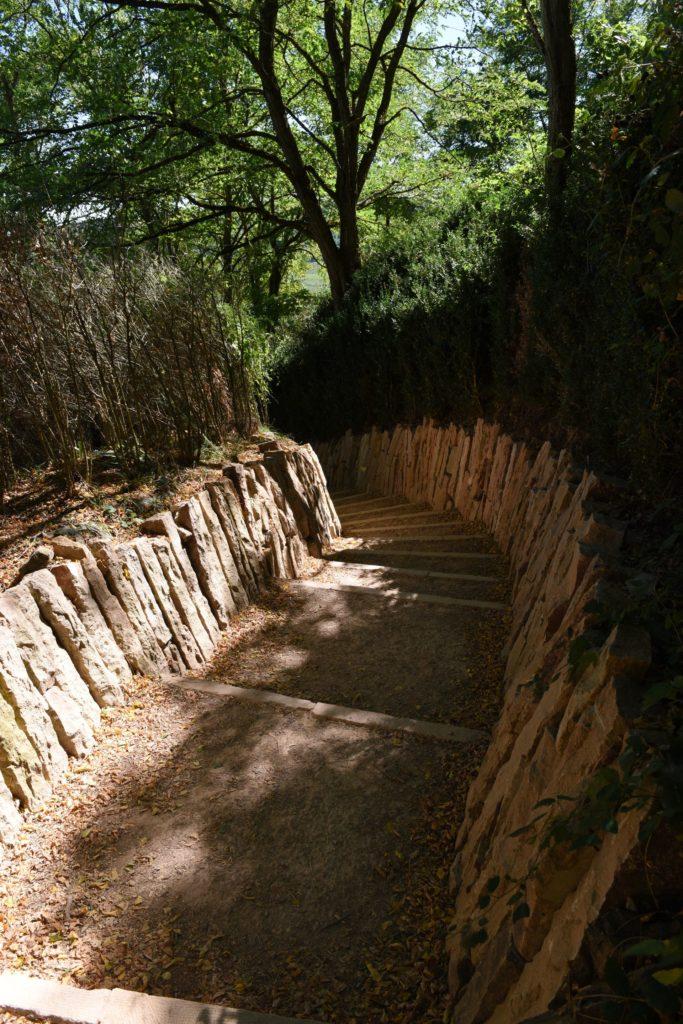 Chemin d'accès au sommet de la Roche de Solutré