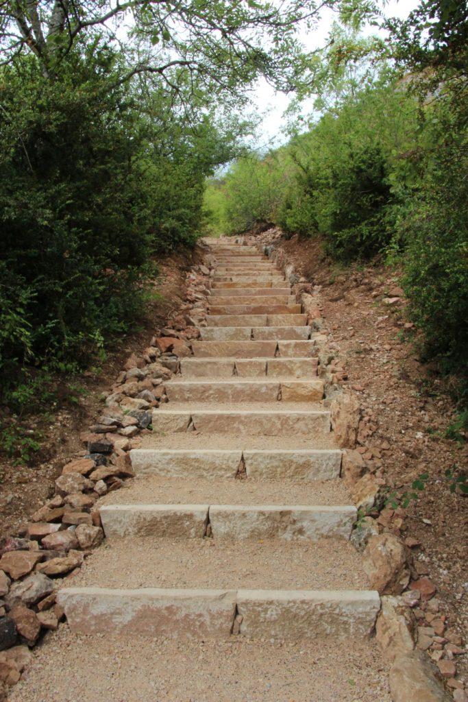 Sentier d'accès au sommet de la Roche de Solutré